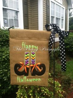 Halloween burlap garden flag by ThePreppyPineappleSC on Etsy Halloween Sewing, Fall Sewing, Fall Halloween, Burlap Yard Flag, Burlap Garden Flags, Burlap Projects, Burlap Crafts, Mini Flags, Yard Flags