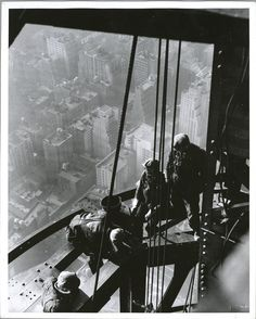 vintage empire state building construction photos by lewis wickes hine 1931 Empire State Building, Construction Worker, Under Construction, Old Pictures, Old Photos, Vintage Photos, Crazy Pictures, Lewis Wickes Hine, Jolie Photo