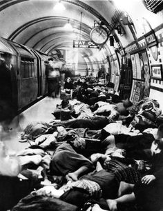 Londoners sleep in Picccadilly Underground Station during the Blitz - 28 September 1940 London History, British History, World History, Vintage London, Old London, Blitz London, Old Photos, Vintage Photos, London Underground Stations