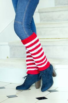 Keep your legs warm this winter while wearing these stylish Honestly Easy Crochet Candy Cane Leg Warmers. A flashback to fashion, leg warmers are back in style. Stay ahead of the trends while saving money when you make crochet leg warmers. Crochet Boot Cuffs, Crochet Leg Warmers, Crochet Boots, Crochet Slippers, Diy Crochet, Crochet Motif, Crochet Clothes, Christmas Crochet Patterns, Crochet Christmas