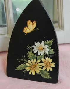 Items similar to Antique HP Sad Iron Daisies & Butterfly Free Ship in US on Etsy Daisy Painting, Tole Painting, Fabric Painting, Painting On Wood, Rock Crafts, Diy And Crafts, Arts And Crafts, Antique Iron, Antique Paint