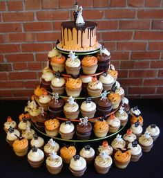 Halloween wedding cupcakes, and other Halloween Wedding ideas!( maybe not halloween theme but fall theme or something along those lines would still be cool ) Themed Wedding Cakes, Cool Wedding Cakes, Wedding Cupcakes, Wedding Cake Toppers, Wedding Themes, Wedding Ideas, Themed Weddings, Wedding Inspiration, Halloween Wedding Decorations