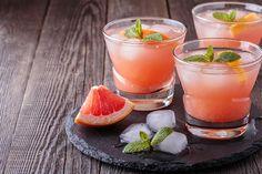 Voici une recette originale de mojito, avec menthe, rhum, pamplemousse et champagne. Essayez ce cocktail frais dès maintenant!