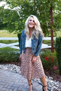 Midi Skirt Wie man einen Plissee-Leoparden-Midirock stylt What to look for in your tailor What to lo Modest Fashion, Skirt Fashion, Fashion Outfits, Apostolic Fashion, Modest Clothing, Fashion Tips, Fashion Ideas, Fashion Hacks, Fashion Essentials