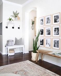 17 Amazing Entryway Wall Decor Ideas to Create Memorable First Impression Many things can be done to décor the entryway. From entryway wall shelf to gallery. Need ideas to decorate yours? Read our 17 entryway wall décor here Entryway Wall Decor, Hallway Bench, Entryway Ideas, Entry Wall, Hallway Ideas, Entryway Hooks, Bench Decor, Entrance Decor, Door Wall