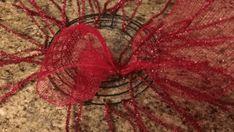 Centro de mesa navideño con malla decorativa - Dale Detalles Christmas Mesh Wreaths, Christmas Swags, Winter Wreaths, Prim Christmas, Spring Wreaths, Summer Wreath, Fall Deco Mesh, Christmas Centerpieces, Christmas Decorations