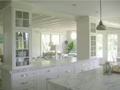 COZINHA - CASA CLASSICA Divider between kitchen and living space. Glass front cabinets are concealing structural support beams as a wall was taken down. Half Wall Kitchen, Kitchen Pass, Living Room Kitchen, Kitchen And Bath, New Kitchen, Dining Room, Kitchen Island, Kitchen Ideas, Kitchen Columns