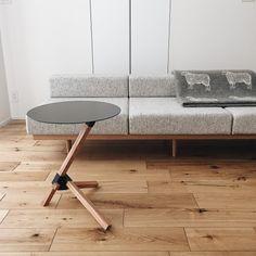 本当に必要なモノ達と暮らす〜余白のある空間づくりが快適さを生み出す家___omalさんのおうちを探索! | ムクリ[mukuri] Nordic Design, Kitchen Decor, Flooring, Dining, Chair, Table, Room, House, Furniture