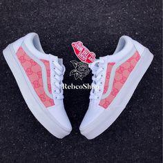 White Nike Shoes, Nike Air Shoes, Custom Vans Shoes, Mens Vans Shoes, Vans Shoes Fashion, Tenis Vans, Jordan Shoes Girls, Vetement Fashion, Aesthetic Shoes