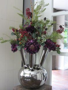 Zijden creatie van donker paarse chrysanten met rode bessentakken. Knallend! www.abonneefleur.nl