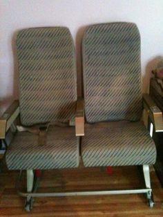 Flugzeugsitze  Lufthansa-Sitze aus Flugzeug mit zwei Klappbaren Tischen auf der Rückseite und Netzen. Mittlere Armlehne hochklappbar.