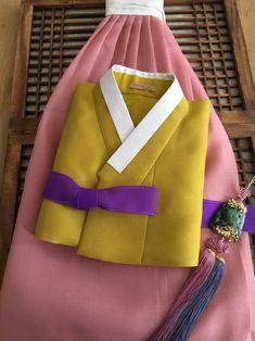 어느 고은 어머님이 입으실 한복큰딸 시집 보내며 누구보다 더 곱게 빛나시길 바라며화사한 색으로 색맞춤... Korean Traditional, Traditional Outfits, Korean Hanbok, Vintage Couture, Hanfu, Yellow Dress, Hijab Fashion, Asian Beauty, Wedding Gifts