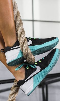 Lift, jump, or climb – the Nike Metcon 1 is made to meet every demand of high intensity cross training. With flexibility and lockdown, this high intensity training shoe is built to stand up to any workout.