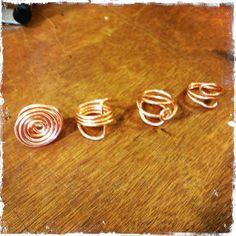 allemaal gemaakt van 1 mm koperdraad, ga aan de slag maak je eigen design ring en wie weet wil je m daarna wel in zilver maken!