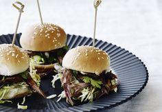 De her små miniburgere med langtidsstegt and er den perfekte natmad. Alle dine gæster vil elske dig for at servere noget mad mellem dans, fest og drinks.