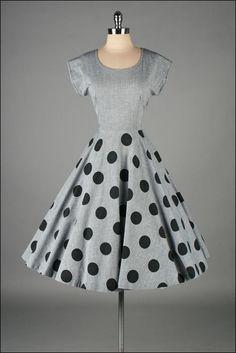 vintage 1950s dress . gray cotton . polka dots. Yo colocaría una fajilla negra en la cintura para darle más vista elegancia.