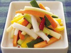 チャイニーズピクルス | 野菜を切って、ほんのりピリ辛のピクルス液に漬けるだけ。カリポリいけます。
