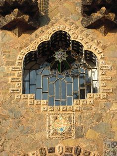 11 wonderful architectural elements of Gaudi modernism Barcelona Architecture, Architecture Details, Dubai Architecture, Art Nouveau, Antonio Gaudi, Le Palais, Windows, Architectural Elements, Empire State Building