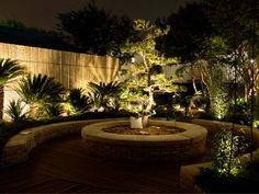 Iluminação em jardim merece ser investido. Tanto numa fachada quanto no quintal, o jardim da um toque especial em qualquer lugar; até dentro de casa ele é charme. Porém quando chega a noite, os jardins muitas vezes se tornam perigosos, e a iluminação se torna necessária. Mas ao lado está um exemplo de que ela pode se tornar um local super romântico a noite e ultra valorizado. Uma luz geral nem sempre fica boa. Por isso, cada planta merece seu destaque especial, e faz muita diferença.