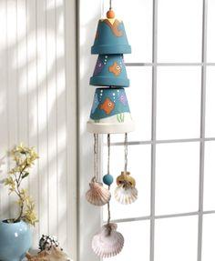 Make wind chimes (wind bells). 20 DIY tutorials to help you make wind chimes you like. Tutorials to make wind bells with seashells, beads, utencils, bamboo Seashell Crafts, Beach Crafts, Summer Crafts, Kids Crafts, Clay Pot Projects, Clay Pot Crafts, Diy Projects, Diy Clay, Painted Clay Pots