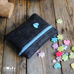 Piccolo portatutto da borsa in feltro grigio scuro con bottoni decorativi a forma di cuore di MelyHandmade su Etsy