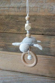 Kinderwagenanhänger gehäkelte Schildkröte als Geschenkidee zur Geburt und Taufe / crocheted amigurumi turtle for the baby buggy made by StolzeVita via DaWanda.com