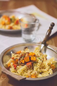 Pasta mit Thymian-Kürbis und karamellisierten Röstzwiebeln Pasta, Veggies, Food And Drink, Meals, Vegan, Ethnic Recipes, Halloween, Blog, Sweet Potato Recipes