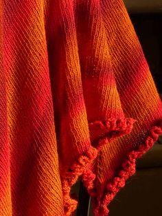 Un châle aux couleurs ardentes pour faire honneur à l'automne. Tous les détails sur http://fils-aiguilles-passion.blogspot.fr/2014/11/braise-glowing-embers-vuurgloed.html