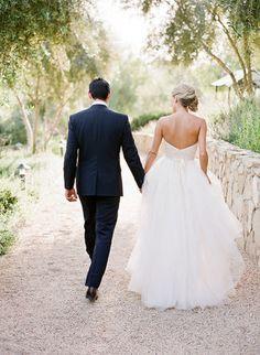 El novio y la novia están muy alegre. Yo espero que mi novio y yo esten como alegre como ellos.