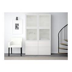 IKEA - BESTÅ, Säilytyskokonaisuus/vitriiniovet, mustanruskea/Selsviken korkeakiilto musta/kirkas lasi, liukukisko ponnahduslaatikkoon, , Laatikoissa ja ovissa on integroidut ponnahdussalvat, minkä ansiosta ne aukeavat kevyellä painalluksella eikä vetimiä tarvita.Vitriiniovien takana tavarat ovat kauniisti esillä, mutta samalla suojassa pölyltä.Siirrettävien hyllylevyjen ansiosta hyllyvälejä on helppo säätää tarpeen mukaan.