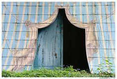 La tente tartare en tôle peinte sur l'île du bonheur. the Tartar tent painted metal on the island of happiness