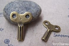 You'll receive 6 pcs of antique bronze clock winding key charms.Very nice looking and high quality.Size: our items are NICKEL FREE and LEAD FREE.Please feel free to convo me for other quantity.Check out my other items as we're adding new items everyday. Picture Frame Projects, Picture Frames, Down Arrow, Bronze Pendant, Jewellery Making Materials, Buy Now, Charms, Clock, Pendants