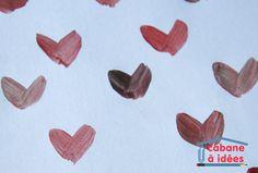 A la St Valentin, on peint des coeurs. De quoi plaire aux petites filles (et aux petits garçons qui aiment les cœurs, ce qui n'est pas le cas du mien, il a dû être mal influencé ;(. Ces petits coeurs, et donc ce tableau, sont super faciles à peindre : deux coups de pinceaux et puis c'est tout. Pour ce tableau en particulier, ma fille a travaillé avec 3 couleurs, enfin avec une si un considère que blanc et noir ne sont pas des couleurs ! Donc elle a peint des cœurs dans un camaïeu de rouges…