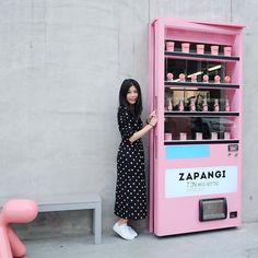 Zapangi cafe..☕️ #coffeeshop #cafe #coffeetime #bakery #travel #korea #seoul #holiday #happy #me #trip #pink #minimal #vendingmachine #zapangi ..ใครจะรู้ว่าหลังประตูตู้กดนํ้าเน้คือร้านกาแฟ😌ขอบคุณน้องสาวที่แนะนํา @pppimkamol ร้านเวรี่ฮิป