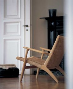 CH25 Stolen af Hans J. Wegner er en del af vores fast lav pris koncept. Pris kr. 15.995,- for Hans J. Wegners CH25 Stol i eg med natur flet