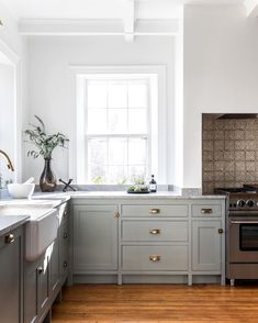 """Farrow & Ball """"Pigeon"""" on Cabinetry and """"Wevet"""" on the Walls, Ceiling, and Trim Shaker Style Kitchens, Bright Kitchens, Home Kitchens, Shaker Style Kitchen Cabinets, Dream Kitchens, Estilo Shaker, New Kitchen, Kitchen Decor, Design Kitchen"""