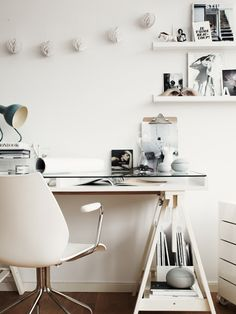 ESPACIO DE TRABAJO EN BLANCO / WHITE WORK SPACE