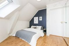 Lademoen/Buran- Mørk blå kontrastvegg soverom Hanging Canvas, Artist Canvas, Art Pieces, Gallery Wall, Minimalist, Real Estate, Layout, Furniture, Home Decor