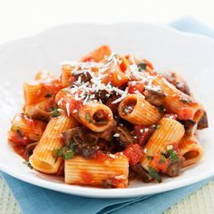 It's good to have a variety of pasta recipes at your disposal. The simplest sauces are often the most delicious, as is the case here with this pasta alla norma. Eggplant Pasta, Eggplant Recipes, Italian Menu, Italian Recipes, Italian Dishes, Kitchen Recipes, Cooking Recipes, Risotto, Pasta Sauce Recipes
