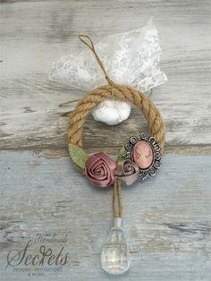 Μπομπονιέρα στεφανάκι από χοντρό σχοινί με καμέο, annassecret, Χειροποιητες μπομπονιερες γαμου, Χειροποιητες μπομπονιερες βαπτισης Wedding Gifts, Wedding Day, Party Favors, Decoupage, Burlap, Crochet Earrings, Diy Crafts, Weddings, Christmas Ornaments