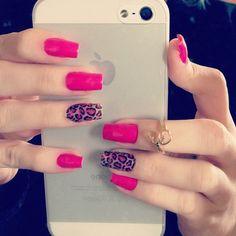 Unhas cor-de-rosa