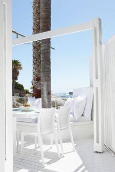 Inspirierendes Ibiza Sechs mal kleiner als Mallorca, dafür genauso bekannt und beliebt: Die spanische Insel Ibiza verschmilzt Genuss, Natur und Party wie kaum eine andere Urlaubsdestination. Tagsüber verbringt man die Sonnenstunden entspannt an einem der vielen Strände, beim Feiern und Sonnen im Beach Club oder man fährt mit dem Boot zur benachbarten Insel Formentera, die für ihr glitzernd türkisfarbenes Wasser bekannt ist. Am Abend kann man durch die schöne Altstadt streifen, in kleinen…