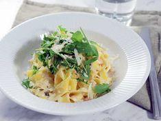 En riktigt enkel, god och krämig pasta med kallrökt lax, härligt wasabisting och ruccola på toppen.En fantastisk vardagsräddare som inte tar mer än 15 minuter att laga Cabbage, Food And Drink, Lunch, Fish, Snacks, Dinner, Vegetables, Eat, Apple Pie
