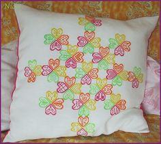 Herzerl-Polster | Nicki's Kreativseite Nach einer Anleitung von Elke Reiß Cross Stitching, Throw Pillows, Crystals, Tutorials, Creative, Cushions, Decorative Pillows, Decor Pillows, Pillows