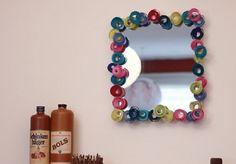 Espejo decorado con serpentinas Arts And Crafts, Wreaths, Drop Earrings, Mirror, Frame, Diy, Home Decor, Google, Toque