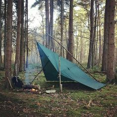 A nice and simple tarp shelter with fire for our outdoor escapade. Double tap th… – Fabian Oberländer – bushcraft camping Bushcraft Gear, Bushcraft Camping, Camping Survival, Outdoor Survival, Survival Prepping, Go Camping, Outdoor Camping, Bushcraft Equipment, Survival Hacks