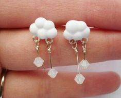 Handmade polymer clay snow cloud dangly post earrings available for purchase on Etsy! Ear Jewelry, Cute Jewelry, Jewelery, Jewelry Accessories, Jewelry Making, Polymer Clay Charms, Polymer Clay Earrings, Mode Collage, Accesorios Casual