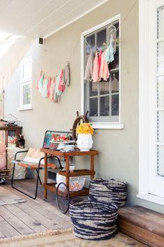 Decora tu fiesta o tu hogar con esta colorida y original guirnarla realizada con retazos de tela.