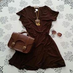 Vestido marrom de malha gola redonda e manga curta + colar com pedraria e franja…