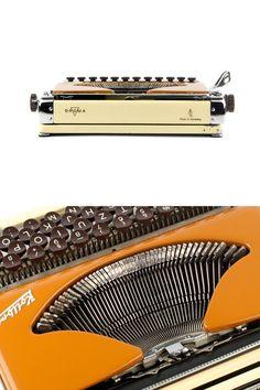 Reiseschreibmaschine Groma Kolibri wurde zwischen 1954 und 1963 in der ehemaligen DDR (Ostdeutschland) produziert. Während der Produktionszeit nur 150,000 Kolibris verließ die Fabrik (einige von ihnen wurden Neckermanns Brillant Junior nach Westdeutschland exportiert), wodurch es eine sehr seltene Schreibmaschine. Das schlanke Design und die schönen branding Kolibri (d.h. Kolibri) machen diese Schreibmaschine, eine erstaunliche kleine Maschine auf jedem Desktop. Es ist schwer, ein Kolibri in…